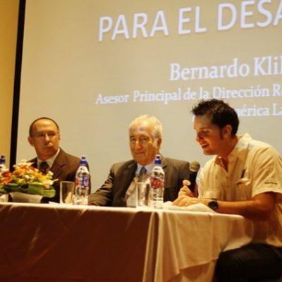 Conferencia con el Dr. Bernardo Kliksberg, en la foto también está Mario Mora, Ex Vice Ministro de Educación.